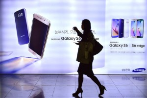 Why Samsung Should Pay More Attention to What Apple Is Doing