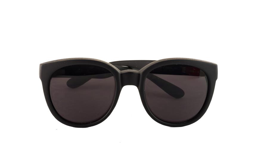 Big sunglasses with dark glasses