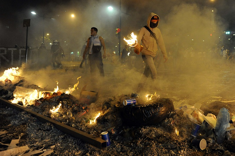Looters in Caracas, the city with the top spot on the list of the most dangerous cities in the world