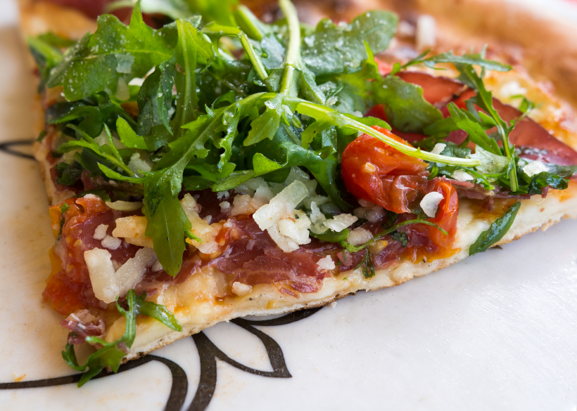 tomato arugula and bacon pizza