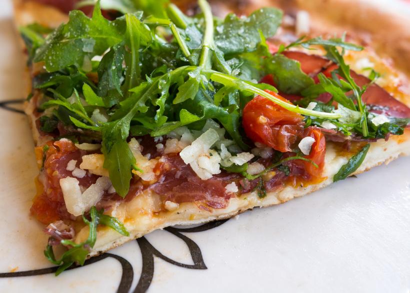 tomato arugula and bacon pizza