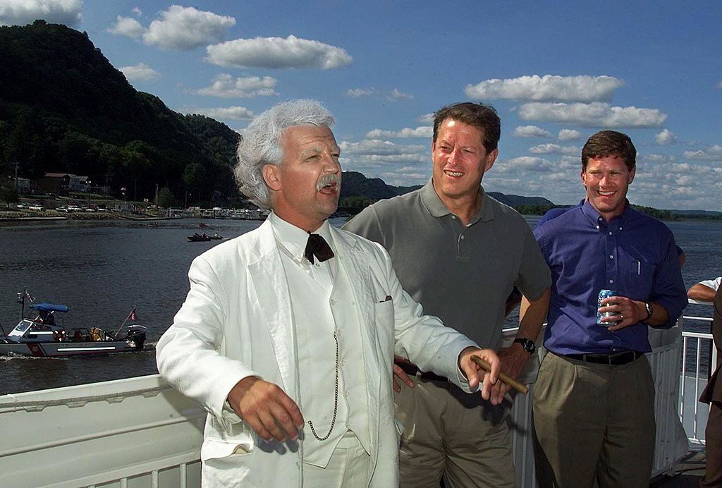 Al Gore poses with a Mark Twain impersonator