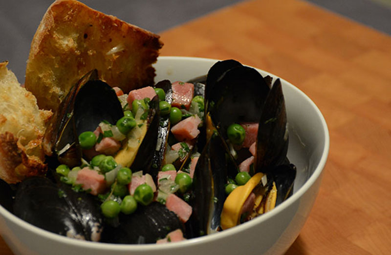 mussels with ham and peas