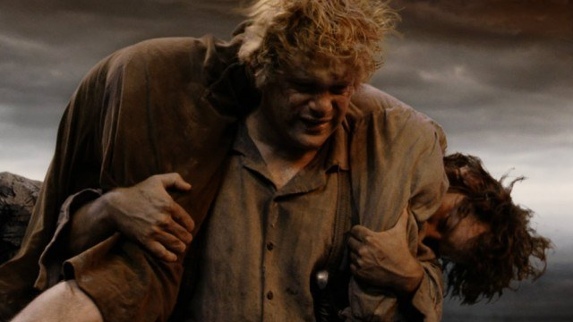 Sam carries a wounded Frodo on his shoulders.