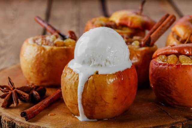baked apples with cinnamon and ice cream