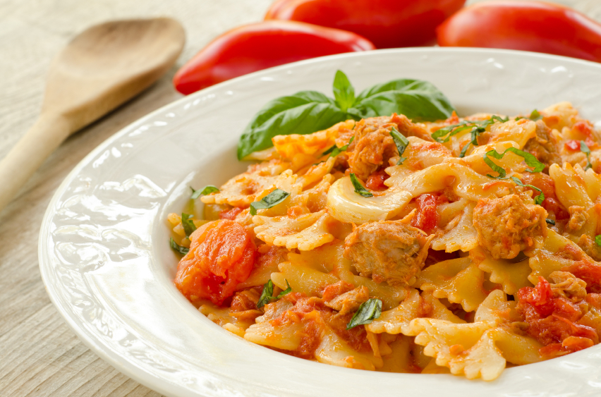 farfalle, pasta with tomatoes and tuna