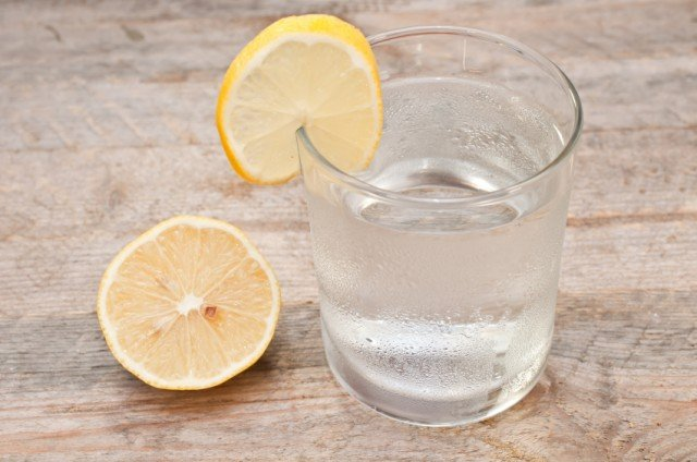 Water in a glass with a lemon wedge