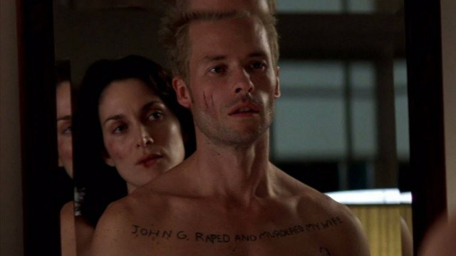 Carrie-Anne Moss and Guy Pearce in 'Memento'