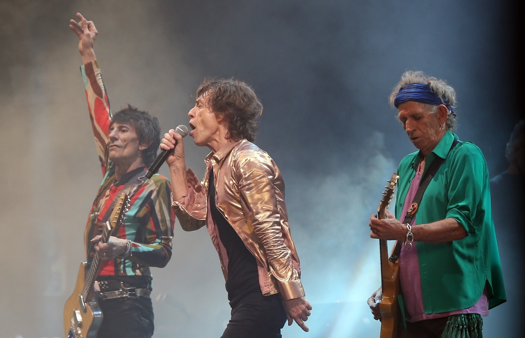 Rolling Stones is performing on a smoky stage.