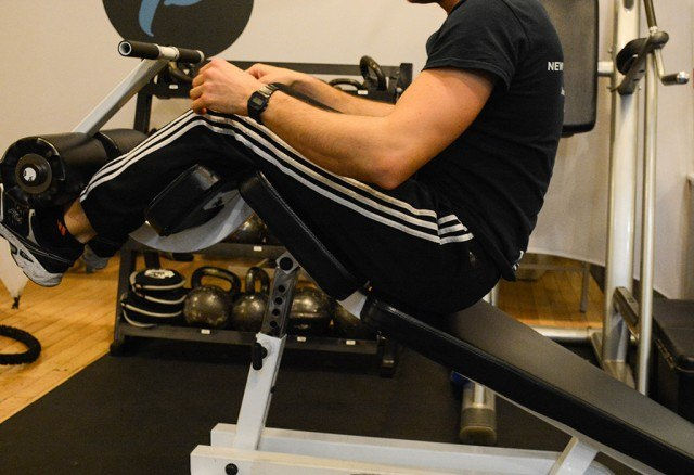 Giacomo Barbieri demonstrating incorrect form for ab exercises