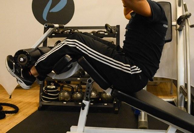 Giacomo Barbieri demonstraing correct form for ab exercises