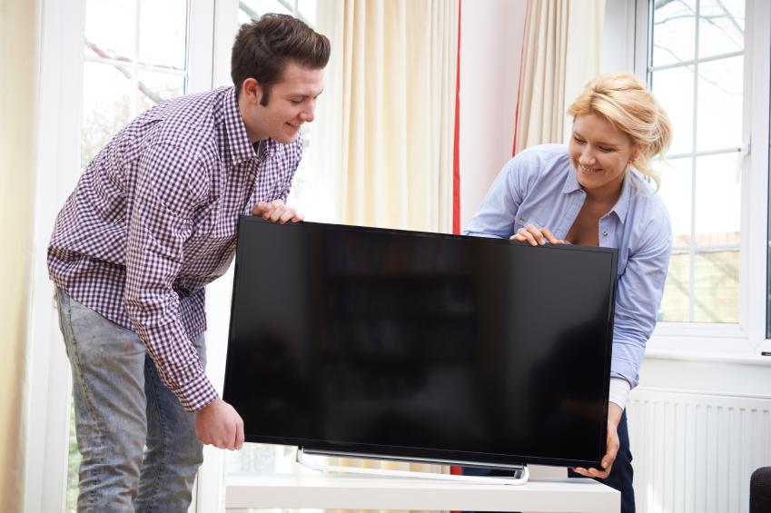 Cặp đôi đưa vào một chiếc TV mới