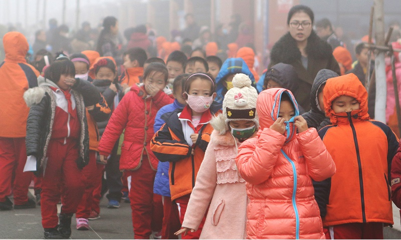 Chinese elementary school students protect themselves from air pollution