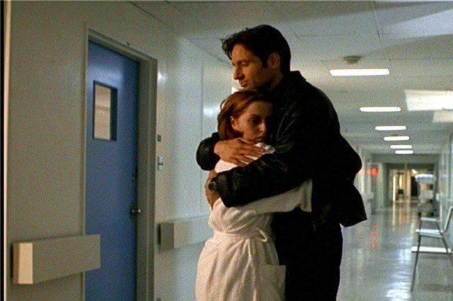 """Dana Scully (Gillian Anderson) and Fox Mulder (David Duchovny) in 'The X-Files' episode """"Memento Mori"""""""