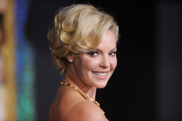 Katherine Heigl with his hair up, smiling on the red carpet.