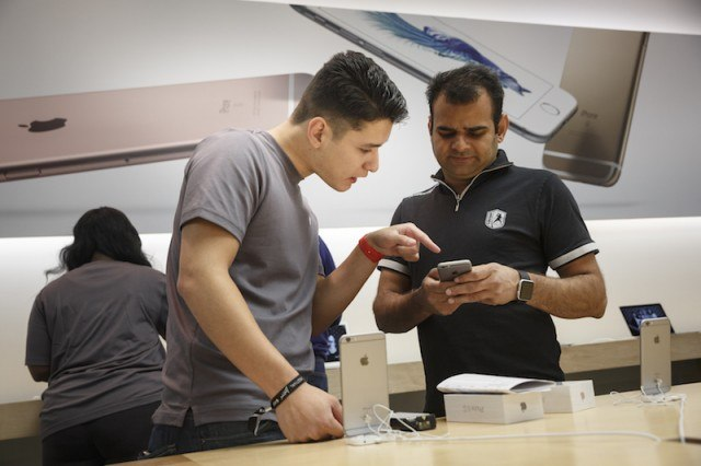 Testing an iPhone at the Apple store