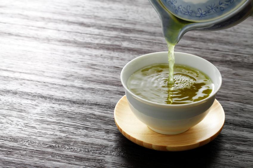 verser une tasse de thé vert