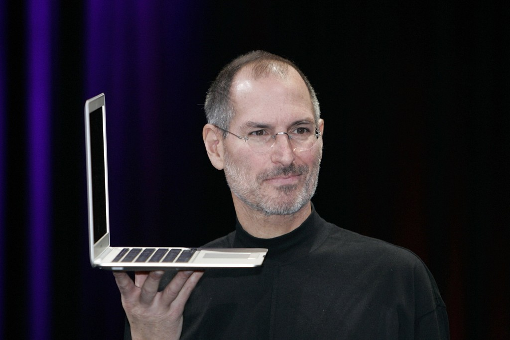 steve jobs hold laptop