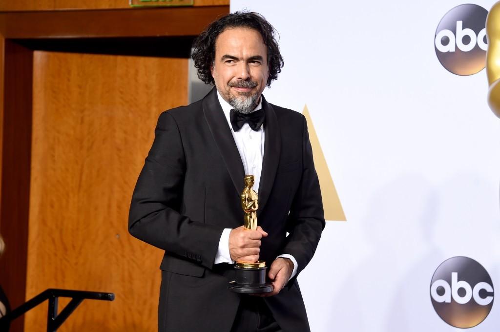 Alejandro González Iñárritu holds his Oscar