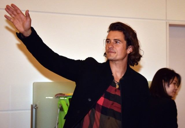 Orlando Bloom arrives at the airport in Tokyo