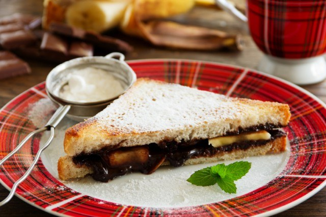 toasted chocolate and banana sandwich garnished with powdered sugar