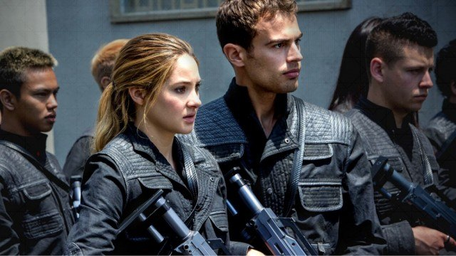 Tris (Shailene Woodley) and Four (Theo James) stand with their weapons, ready to fight in 'Divergent'