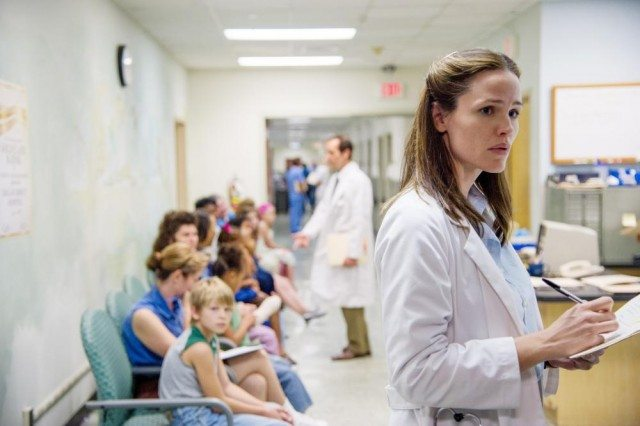 Dr. Eve Saks (Jennifer Garner) checks in on her patients in a scene from 'Dallas Buyers Club'