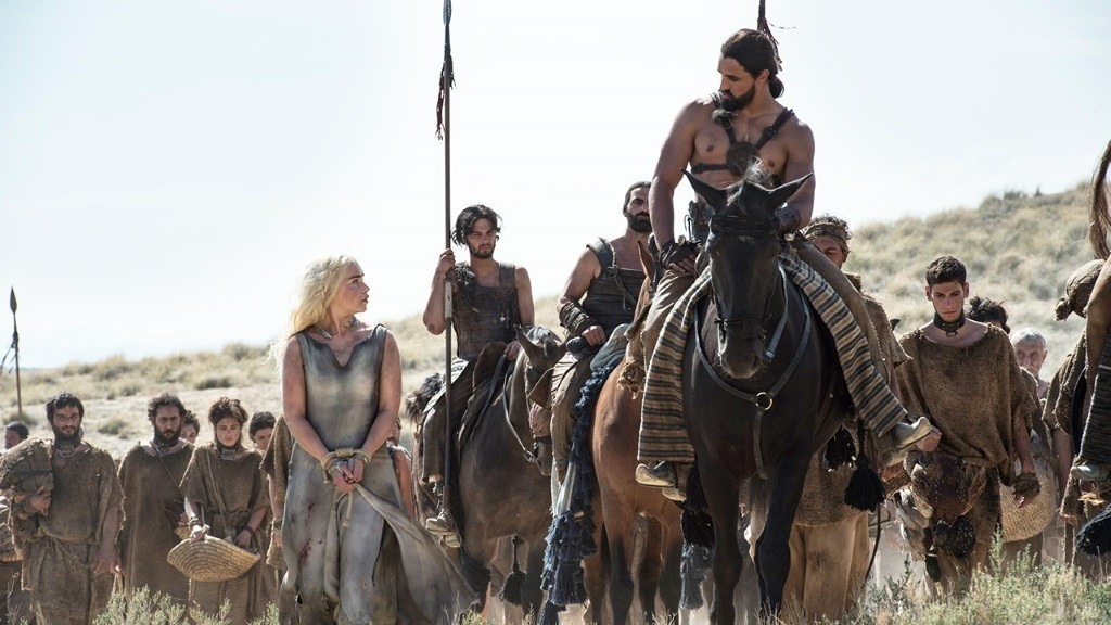 Daenerys looks up at Khal Dogo who is on a horse in front of the Dothraki - Game of Thrones
