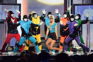 10 Famous Singers Who Can't Dance