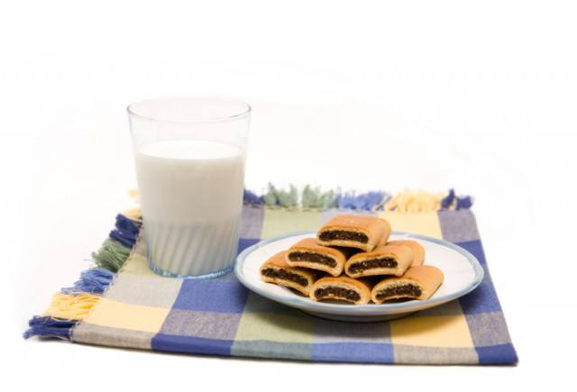 fig newtons with glass of milk