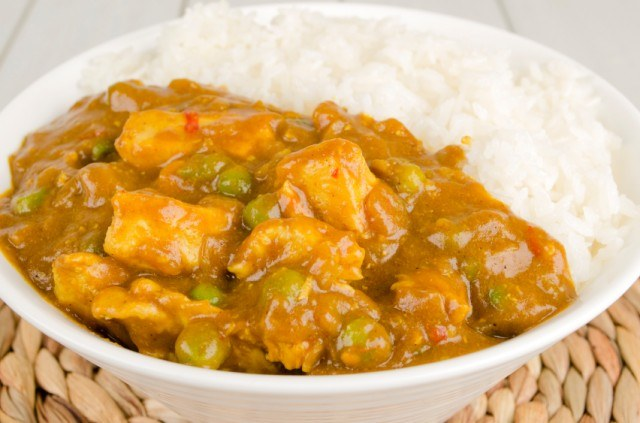 chicken and pea curry with steamed rice