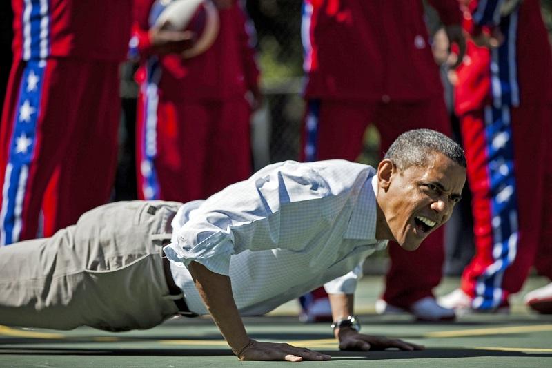 US President Barack Obama does push-ups