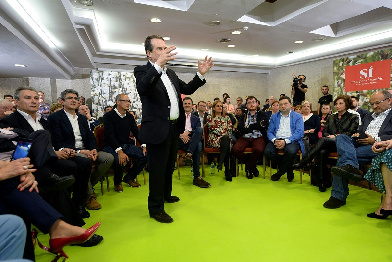 Spanish politicians are captivated by a colleagues storytelling abilities
