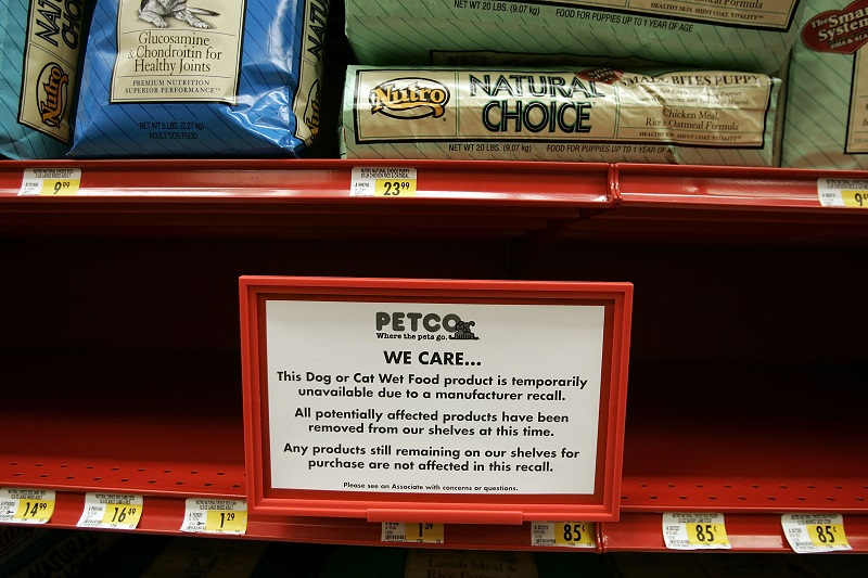 A sign explains why a store shelf is empty of pet food after it was pulled from the shelves at Petco| Joe Raedle/Getty Images
