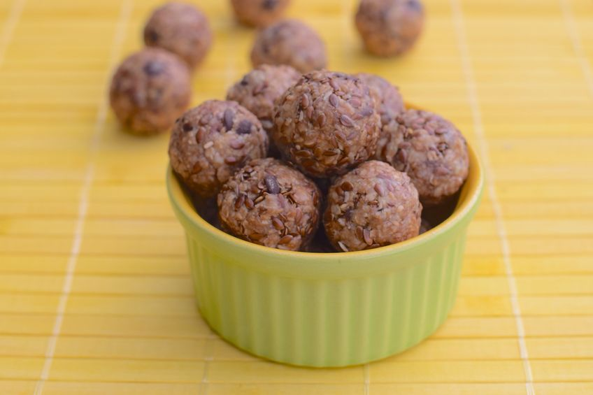 peanut butter and chocolate chip no-bake energy balls