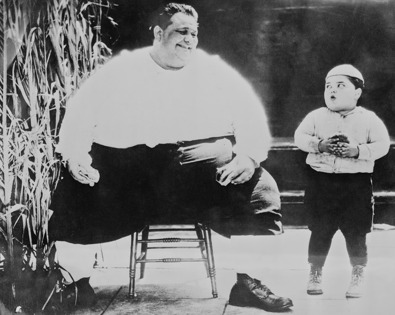 Child actor Joe Cobb meets the world's fattest man in 1925, before obesity rates skyrocketed