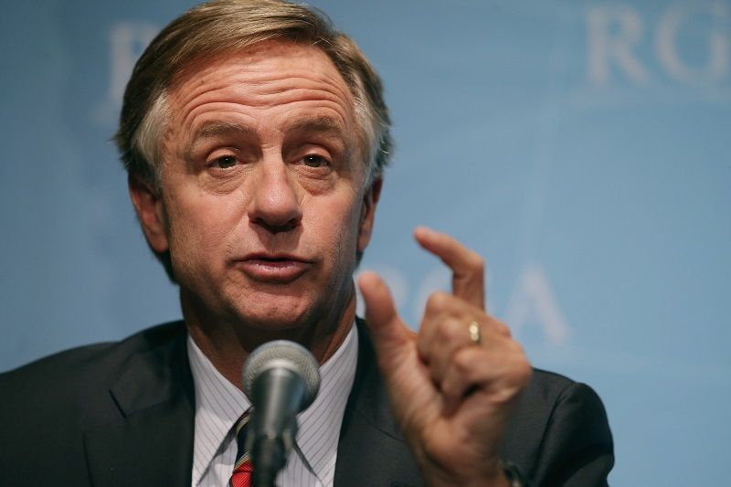 Gov. Haslam describes something other than his net worth using hand gestures