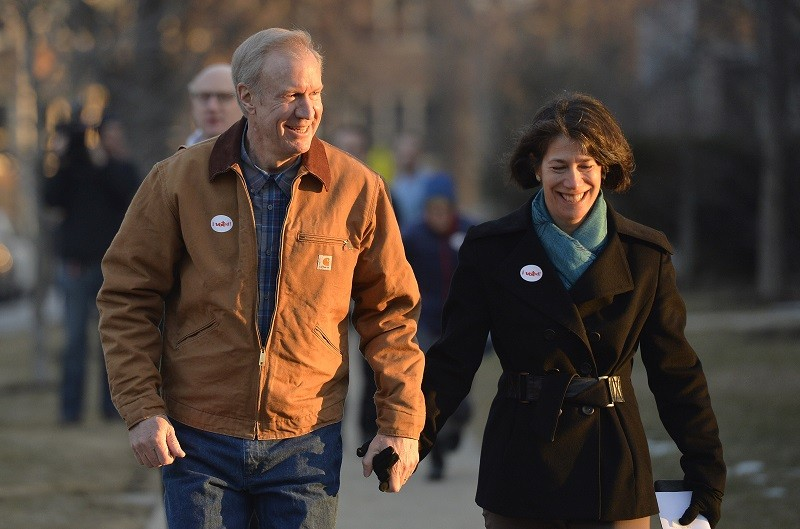 Gov. Rauner looking downright folksy, despite his immense wealth