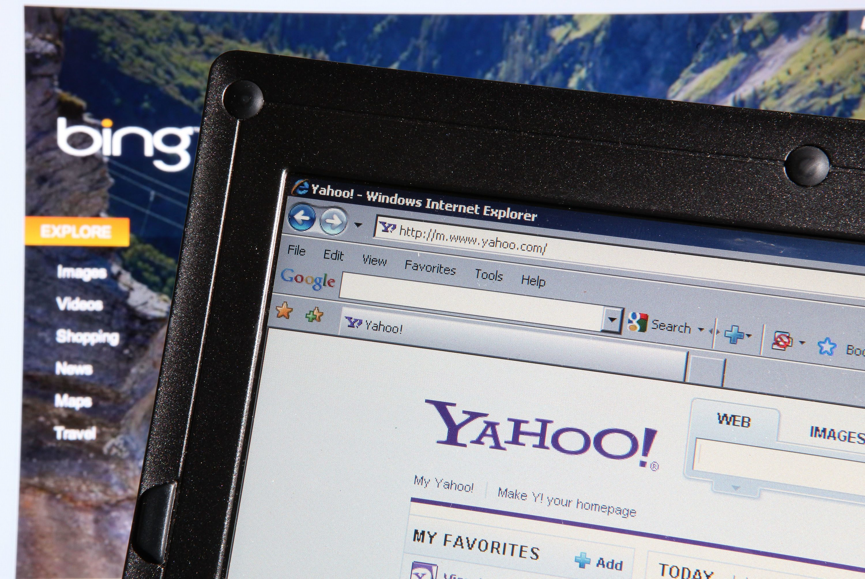 Search engines Bing and Yahoo display search history on monitors