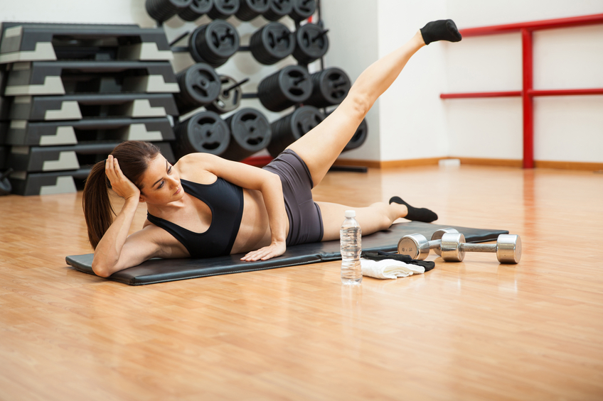 woman doing side crunches
