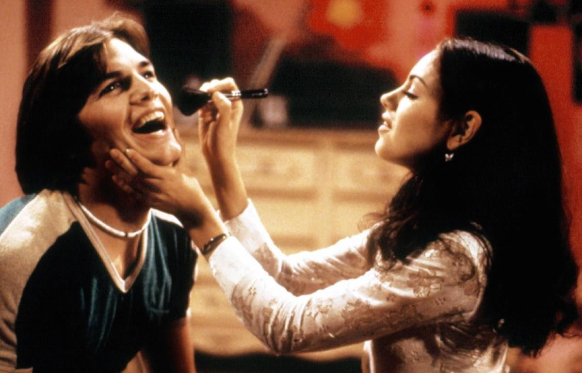 Jackie putting makeup on Michael on That 70s Show