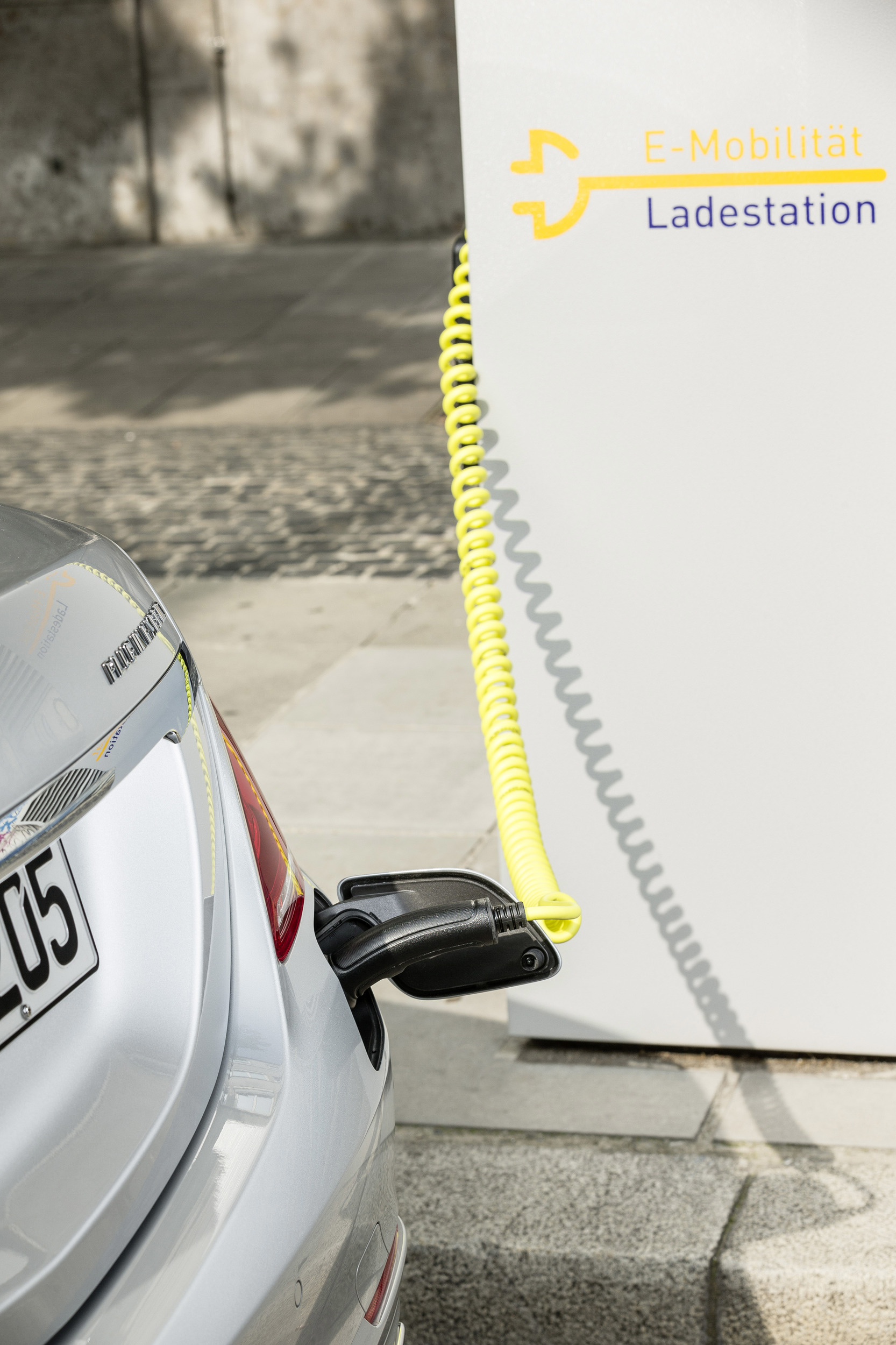 Mercedes S550 Hybrid charging