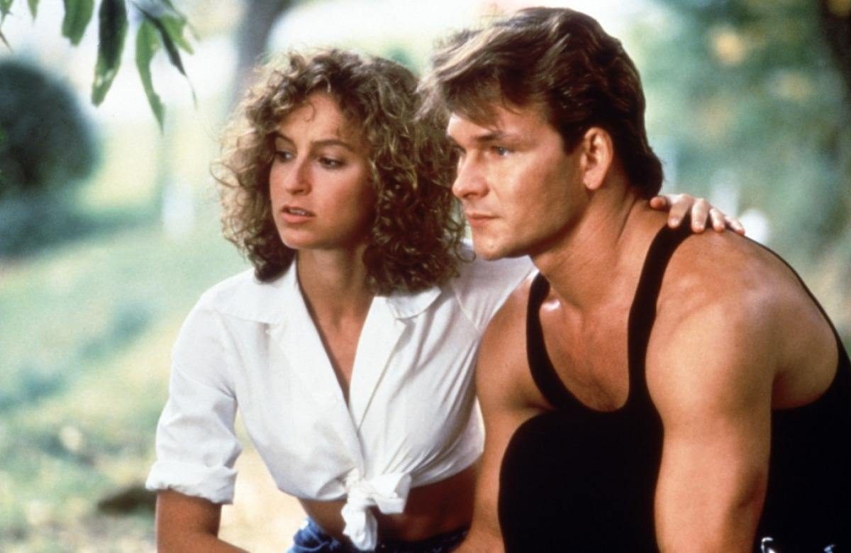 Patrick Swayze and Jennifer Gray sitting together in dirty dancing