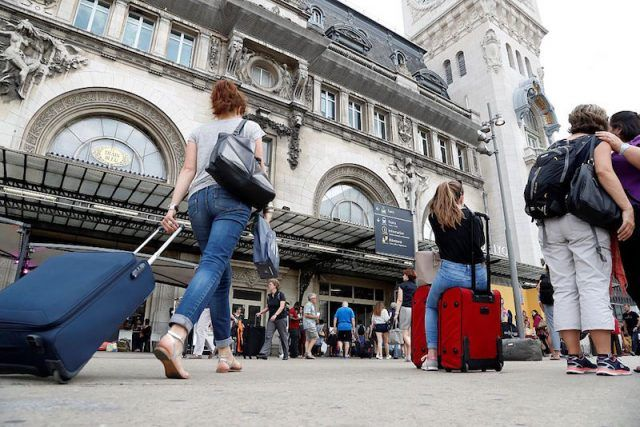 People arrive with their suitcases at the gare de Lyon train station in Paris on July 22, 2016 during the French summer holidays period. / AFP / FRANCOIS GUILLOT
