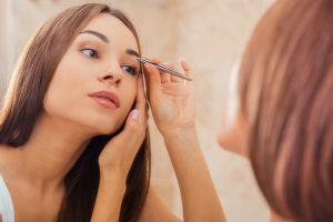 5 Mistakes People Make When Plucking Their Eyebrows
