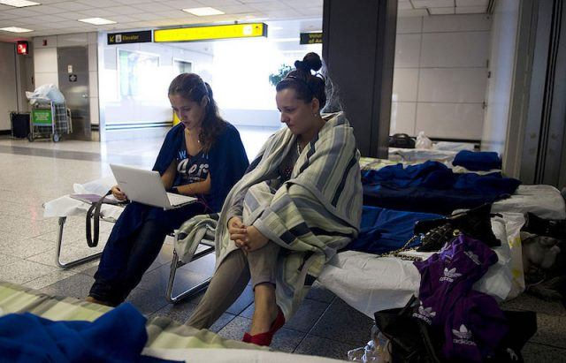 Two young women read news on their computer at LaGuardia Airport August 29, 2011 in New York. The two women from Russia are expecting to take a flight to Los Angeles on August 31. New York-area airports reopened on Monday as US airlines gradually restored more flights to their operations throughout the Northeast that were halted by Hurricane Irene. AFP PHOTO/DON EMMERT