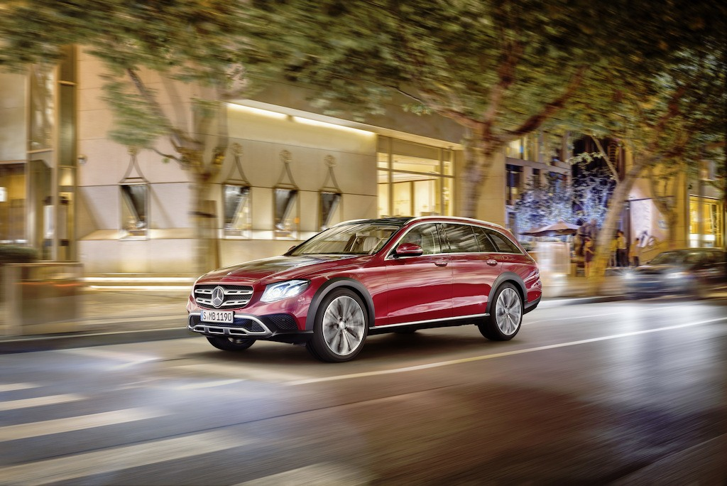 Mercedes-Benz E-Klasse All-Terrain; Outdoor; 2016; Exterieur: designo hyazinthrot metallic ;Kraftstoffverbrauch kombiniert: 5,1 l/100 km; CO2-Emissionen kombiniert: 137 g/km Mercedes-Benz E-Class All-Terrain; outdoor; 2016; exterior: designo hyacinth red metallic; Fuel consumption combined: 5.1 l/100 km; Combined CO2 emissions: 137 g/km