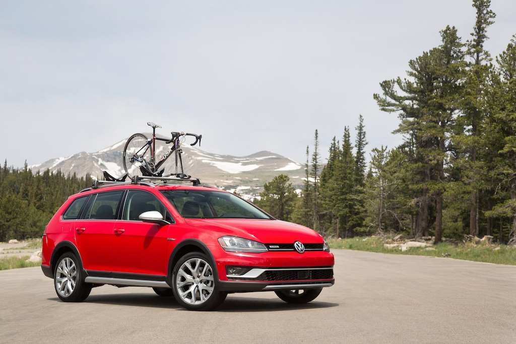 5 things you need to know about the 2017 volkswagen golf alltrack. Black Bedroom Furniture Sets. Home Design Ideas