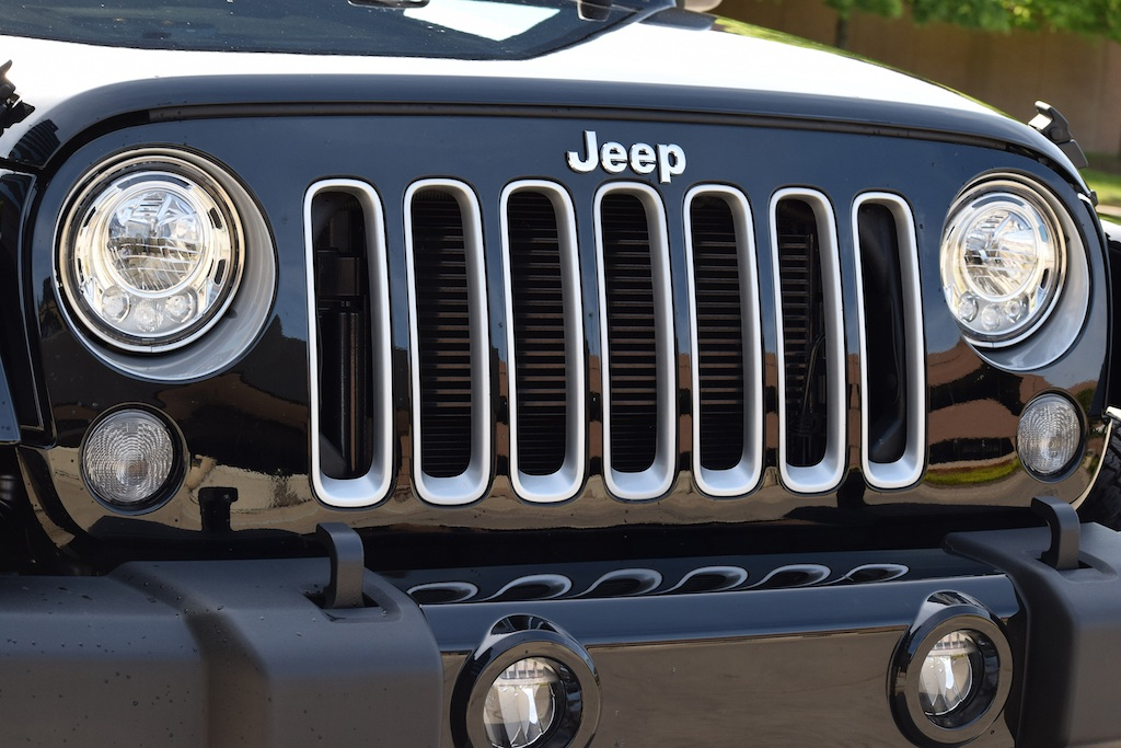 2017 Jeep Wrangler boasts LED headlamps