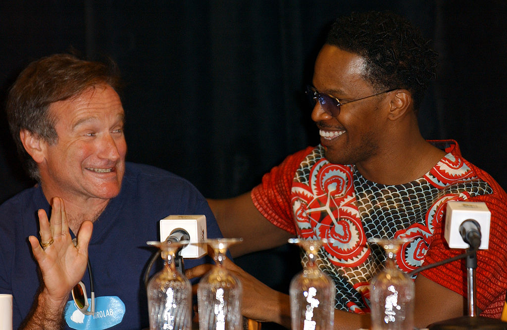 Robin WIlliams and Jamie Foxx talking at a panel
